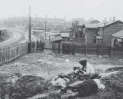 Taken in Kharkiv in 1933, this photograph is from the Innitzer Collection. It shows three starving women who are lying in their yard dying of hunger.